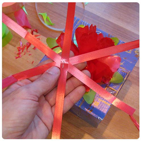 Как сделать бант из тонкой ленты на подарок на коробку 17