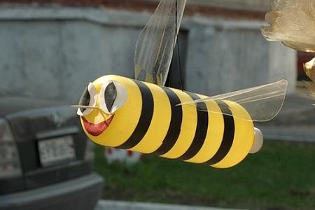 Как сделать пчел из пластиковых бутылок своими руками фото