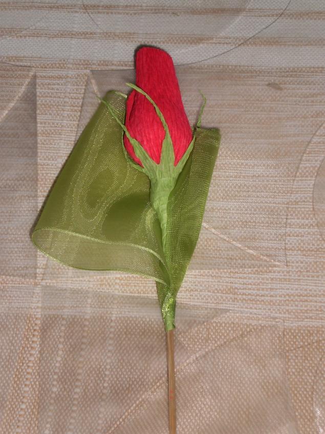 Как сделать розу с конфетой из гофрированной бумаги своими руками поэтапно