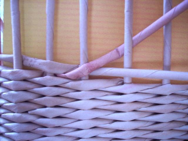 В плетение из газетных трубочек