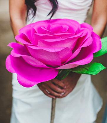 Роза из креповой бумаги своими руками фото