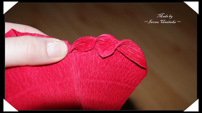 Сделать розу из гофрированной бумаги своими руками